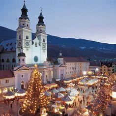 Christmas Night Market.!! Check out more here - https://www.benvenutolimos.com/blog/10-amazing-christmas-markets-italy/ #Merrychristmas #chrsitmas #italy #bolzano