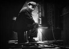A worker on the Brooklyn Bridge, on November 19, 1928. (Eugene de Salignac/Courtesy NYC Municipal Archives)
