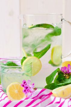 Treat yourself to a delicious, icy glass of Sugar Free Stevia Sweetened Mint Lemonade! This refreshing, healthier, spring and summer drink is the perfect afternoon beverage or fun drink for BBQ's, potlucks and summertime festivities. Healthy Lemonade, Mint Lemonade, Homemade Lemonade, Alcoholic Drinks Keto, Keto Drink, Healthy Drinks, Lemon Recipes, Real Food Recipes, Potluck Recipes