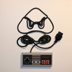 Personagens de videogame feitos com o cabo de controles de NES                                                                                                                                                     Mais