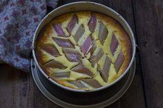 Recipe for mums easymade cheesecake with rhubarb in english at the bottom of the page.  Bakt ostekake med frukt og uten mel er en populær dessert hjemme hos oss. Lettvint, velsmakende og perfekt når man skal være mange. Oppskriften kan lett halveres og frukten kan varieres med bær, epler, pærer, plommer osv.      Her er ...