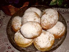 Vykrajujeme kolečka - po vykynutí - usmažíme, propíchneme  vařečkou a plníme tvarohem, nugetou,  džemem, povidly. Obalujeme v moučkovém cukru s... Bread, Food, Brot, Essen, Baking, Meals, Breads, Buns, Yemek