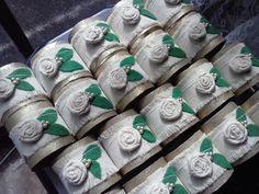 SERVILLETEROS Tubos de papel vacios pintados y decorados con telas.