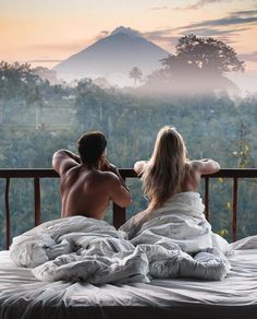 Dreamy honeymoon in Bali Who wants to wake up like this? Romantic shot by ♡ Dreamy honeymoon in Bali💕 Who wants to wake up like this? Romantic shot by 📸. Couples In Love, Romantic Couples, Romantic Gifts, Foto Glamour, Couple Travel, Dream Dates, Photographie Portrait Inspiration, Shooting Photo, Photo Couple