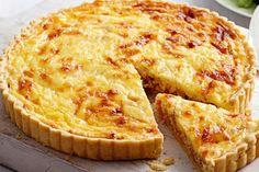 Классический луковый пирог с сырной корочкой