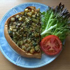 Zum mittag gab es mal wieder Ratatouille Schiffchen... Dieses mal ausgehöhltes Fladenbrot mit dem Rest Quinoa von gestern und einer Füllung aus Kartoffeln, Zwiebeln, Knoblauch, Zucchini und Aubergine Würfeln. Das ganze gewürzt mit Thymian, Petersilie, Schnittlauch, Zitronengras und Majoran. Mit Soja Cuisine verfeinert an Eichblattsalat und Tomate...
