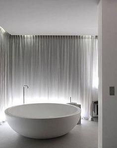Round bathtub designed by Piero Lissoni for Boffi _