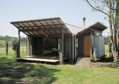 Simple vernacular verandas at Guest Studio by Glen Murcutt Australian Architecture, Architecture Design, Glen Murcutt, Le Ranch, Farm Shed, Roof Trusses, Shed Homes, Small Buildings, Beach Shack