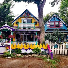 The dollhouses of Grimsby Historic Beach — Little Pink Passport Colourful Buildings, Beautiful Buildings, Beautiful Homes, Colorful Houses, Cute House, Good House, Dreamland, Bohemian House, Bohemian Gypsy