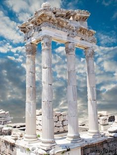 The biggest city of Turkey, Izmir. It has more alternative places to visit. The city also know as pearl of Aegea, deep blue sea, beache. Great Places, Places To See, Beautiful Places, Ancient Ruins, Ancient Greece, Places Around The World, Around The Worlds, Architecture Antique, Beau Site