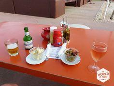 We drinken een #borrel in strandtent Beach & Friends. Een fijne plek om naar de zonsondergang te kijken. #Essaouira #Marokko #Morocco #beer #wine #bier #wijn #olijven #olive #olijf #feta