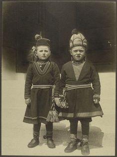 約100年前のニューヨーク・エリス島移民局で撮影された、世界各国の民族衣装に身を包む移民たちの貴重なモノクロ写真 - DNA