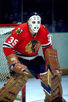 Tony Esposito of the Blackhawks stares down a shooter. Blackhawks Hockey, Hockey Goalie, Hockey Teams, Chicago Blackhawks, Canadian Hockey Players, Nhl Players, Hockey Hall Of Fame, Hockey Girls, Hockey Mom