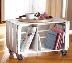 interior en estilo provenzal, pequeña mesa DIy hecha de cajas madera, mesa en ruedas pintada en blanco