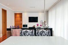 Ideias criativas para decorar sua casa. Para espaços pequenos, soluções como esta bancada divide o ambiente e reúne mais de uma função.