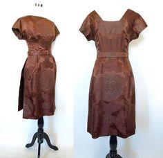 Vintage chocolate brown 50s Asian print dress von TheRobotParade