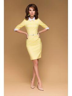 Желтое платье-футляр с принтом клевер, белыми манжетами и воротничком Модель типа футляр с белыми манжетами и воротником. Короткий рукав. Молния на спинке. Платье выполнено из принтованного жаккарда с рисунком клевер. Романтичный и нежный образ на каждый день.