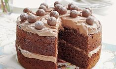 Malted Chocolate Cake from Mary Berry& Absolute Favourites cookbook. This wonderfully indulgent cake from Mary Berry is flavoured with malt extract and topped with Maltesers for a fun twist. Chocolate Flavors, Chocolate Recipes, Chocolate Cupcakes, Mary Berry Chocolate Cake, Chocolate Malteser Cake, Chocolate Birthday Cake Kids, Malteaser Cake, Nutella Cake, Chocolate Treats
