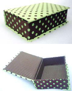 Caixa de papelão rígido, tipo livro, revestida com tecido 100% algodão.