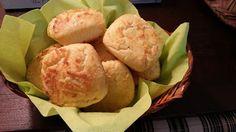 pão de farinha de amendoa com queijo ralado e requeijão