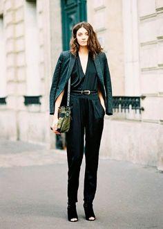 Look com macacão e blazer preto com open boot.