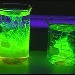 V 134 fluorescence of various neon light materials 1 - Fluoreszenz von Chinin und Fluorescein Cool Science Experiments, Easy Science, Science Projects, Glow Stick Jars, Glow Sticks, Fall Diy, Baby Play, Neon Lighting, Kids And Parenting