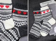 Kerroinkin aiemmin , että tein heinäkuun hääparille osaksi häälahjaa kirjoneulevillasukat. Keskenään melkein samanlaiset, mutta käänteisin ... Wool Socks, Knitting Socks, Knitting Stitches, Hand Knitting, Knitting Patterns, Marimekko Fabric, Diy Crochet And Knitting, Kids Socks, Designer Socks