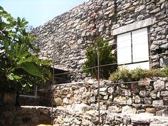 Particolare del Muro del Castro Romano. Ristrutturazione completa di antico orto su mura romane del '200.