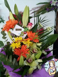 """mo """"A la más dulce de las Mamas""""  Composición primaveral con lilums naranjas, rosas blancas, margaritas blancas y amarillas, y una rosa de gominola. Para las mamás más golosas y dulces. www.joanafloristeria.com"""
