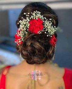 Bridal buns are the go-to hairdo for brides on their wedding day! Most brides that opt for a double dupatta, opt for a bun. Along with that, many brides are opting for bridal hair buns for sangeet nig. Bridal Hairstyle Indian Wedding, Bridal Hair Buns, Bridal Hairdo, Hairdo Wedding, Wedding Hairstyles For Long Hair, Indian Bun Hairstyles, Saree Hairstyles, Bride Hairstyles, Bollywood Hairstyles