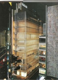 Maison Hermès in Tokyo, Japan, by Renzo Piano - Translucent glass blocks made by Seves Tokyo Architecture, Ancient Architecture, Amazing Architecture, Interior Architecture, Interior Design, Renzo Piano, Facade Lighting, Glass Brick, Interesting Buildings