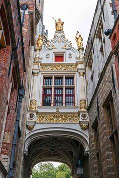 長い歴史を感じる事ができる美しい建物が並ぶブルグ広場 ベルギーの水の都と呼ばれるブリュージュは、まるで町まるごとが世界遺産