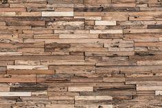 L'une de nos signatures pour panneaux. Ils sont faits de bois franc revalorisé provenant d'édifices non exploités. L'érosion naturelle et le savoirfaire de nos experts sont tous deux mis en valeur, fournissant une antiquité multitonale et jeune à votre mur.
