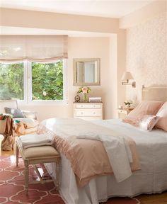 Dormitorio en tonos rosas con papel pintado con motivos florales