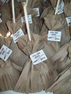 Confeccionadas com saquinho kraft e madeira  Acompanham guloseimas: pipoca doce, bis, balas, pirulito  Fechada com barbante