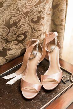 ピンクの結婚式の靴を赤面