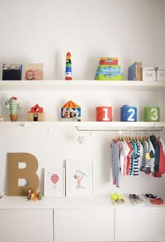 This dis­play of day-to-day clothes, toys, and acces­sories makes the room acces­si­ble, cozy, and modern.