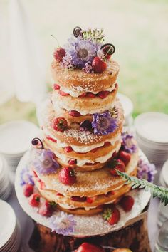 15 Unique wedding reception ideas on a budget - For the rustic looks this simple and rustic Naked wedding cake with wild flowers and strawberries