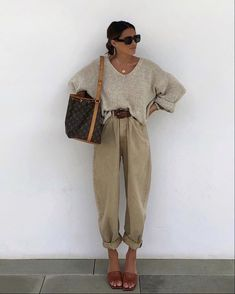 How to wear Slouchy jeans? Fashion tips from stylists and looks with Slouchy jeans. Fashion 2020, Look Fashion, Winter Fashion, Spring Fashion, 2000s Fashion, Classy Fashion, Retro Fashion, Korean Fashion, Hijab Casual