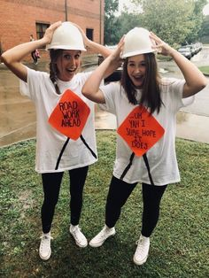Creative Halloween Friend Costumes For Girls Halloween is one of the best parts of the fall. This post is going to show you some creative best friend Halloween costume ideas for you and your friends to copy this year. Meme Costume, M&m Costume Diy, Cute Group Halloween Costumes, Cute Costumes, Funny Group Halloween Costumes, Halloween Ideas, Bff Costume Ideas, Vsco Girl Halloween Costume, Costumes Kids