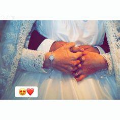 Beach Wedding Photography, Wedding Photography Poses, Wedding Poses, Wedding Couples, Wedding Ideas, Chic Wedding, Wedding Portraits, Hijab Wedding Dresses, Disney Wedding Dresses