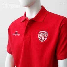 """Polo RED 1213 CDL    Su diseño lo compone el bordado con aplicación del escudo del CD Lugo a un color en el pecho derecho. Al otro lado el icono 1953 Forza Lugo en negro y blanco. En la espalda bordado a gran tamaño en contorno blanco el icono 1953 Forza Lugo.    Disponible en las tallas """"S"""", """"M"""", """"L"""", """"XL"""" y """"XXL"""". Polo Shirt, Polo Ralph Lauren, Mens Tops, Shirts, Color, Fashion, Contouring, White People, Black"""