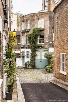 Halkin Mews is one of the prettiest streets in London's Belgravia. City Of London, London Food, London Street, Flats In London, Beautiful Buildings, Beautiful Places, Mews House, London Architecture, Gothic Architecture