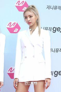 South Korean Girls, Korean Girl Groups, 2 Girl, Beautiful Asian Girls, Chef Jackets, Red Carpet, Singer, Female, Coat