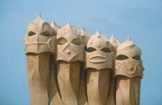 De vormen die in de schoorstenen zijn aangebracht, zorgen ervoor dat deze lijken op gezichten, echt heel indrukwekkend. Deze schoorstenen staat op het dak van Casa Mila.