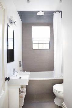 Ook in een kleine badkamer kun je best een ligbad, regendouche, wastafel en toilet kwijt. Het is verstandig om een neutraal kleurenpallet te gebruiken, veel kleuren komen niet tot hun recht in een kleine badkamer.