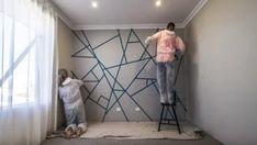 Først taper de et mønster på veggen. Bedroom Color Schemes, Bedroom Colors, Room Wall Painting, Bedroom Wall Designs, Small Master Bedroom, Diy Wall Decor, Home Decor, Geometric Wall, Diy Home Crafts