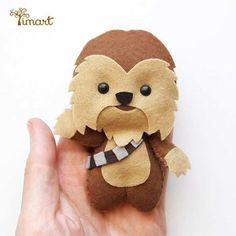 Learn how to make Lightsabers - Stars Wars - Arthur Marlow Disney Ornaments, Felt Christmas Ornaments, Fleece Crafts, Felt Crafts, Natal Star Wars, Chewbacca, Star Wars Crafts, Star Wars Christmas, Xmas