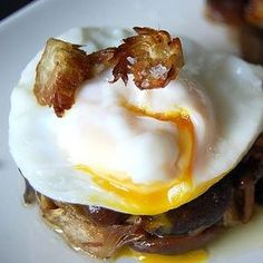 Mushrooms and Artichokes' Timbal with Poached egg and Piquillos' Sauce - Spanish Recipes by Núria Egg Recipes, Great Recipes, Snack Recipes, Favorite Recipes, Snacks, Tapas, Guisado, Delicious Desserts, Yummy Food