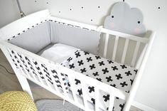 Kołyska - mini-łóżeczko to niezwykle stylowe miejsce snu dziecka w pokoju rodziców przez pierwsze miesiące jego życia. Niewielkie rozmiary pozwalają zmieścić kołyskę nawet w niedużej sypialni lub dostawić do łóżka rodziców, dzięki czemu dziecko łatwiej zasypia. Dzięki swej stabilnej konstrukcji jest bardzo bezpieczna.  Zdjęcie by #LenaFrydrych Cribs, Toddler Bed, Classic, Furniture, Home Decor, Cots, Child Bed, Derby, Decoration Home